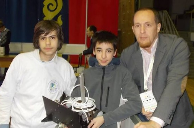 Zlatna ekipa robotičara juniora - Lazar i Mihailo sa svojim mentorom