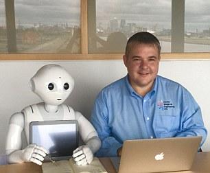 Robo-nastavnik Pepper i direktor škole g-din Fowler
